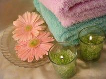 Elementi essenziali della stazione termale (candele e tovaglioli verdi con i fiori) Fotografia Stock