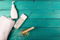 Elementi essenziali di Skincare su un fondo di legno fotografia stock