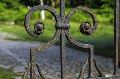 Elementi forgiati antiquati di recinzione del metallo Fotografia Stock