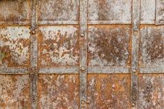 Elementi metallici d'acciaio trasversali stagionati di struttura di vecchia porta Fotografie Stock