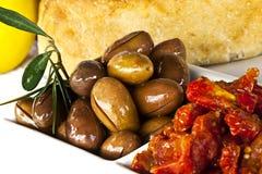 Elementi, olive e pomodori della ghiottoneria Immagini Stock Libere da Diritti