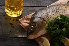Elementi per la cottura della carpa del pesce Fotografie Stock Libere da Diritti
