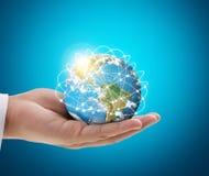 Elementi umani del globo della tenuta della mano dell'immagine ammobiliati dalla NASA Immagini Stock Libere da Diritti