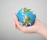 Elementi umani del globo della tenuta della mano dell'immagine ammobiliati dalla NASA Fotografia Stock Libera da Diritti