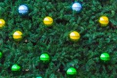 Elementi variopinti della palla del cromo su un albero di Natale Fotografia Stock