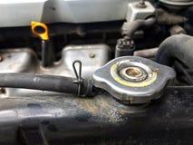 Elementlock, gammalt element av bilen, smutsigt bilelementjärn, elementstål av bilslutet upp arkivbilder