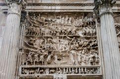 Elementmuster von Skulpturen auf einem Triumphbogen von Septimius Severus mit Steinsäulen in Roman Forum in Italien Lizenzfreie Stockfotos