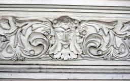 Elemento architettonico di Dekorativny della facciata e di un fregio bianco immagine stock