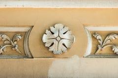 Elemento arquitectónico redondo con las flores Foto de archivo
