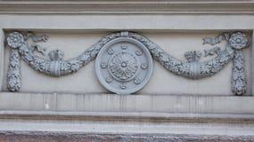 Elemento arquitectónico redondo con las flores Fotos de archivo