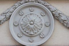 Elemento arquitectónico redondo con las flores Imágenes de archivo libres de regalías
