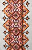 Elemento bordado colorido nas linhas de linho do algodão Fotografia de Stock Royalty Free