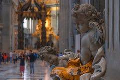 Elemento da decoração na basílica de St Peter, Vaticano, Itália Basílica di San Pietro em Vaticano imagens de stock