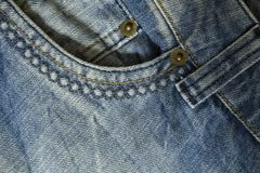 Elemento das calças das calças de brim com bolso dianteiro e close-up costurar fotos de stock