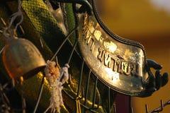 Elemento de bronze do pagode velho com o sinal Foto de Stock Royalty Free