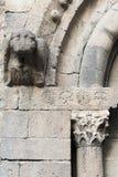Elemento de la arquitectura, capital e impost, los años pasados de era visigoda, monasterio Sant Pau del Camp, cuarto raval del E Fotos de archivo libres de regalías