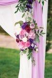 Elemento del arco con las flores para casarse decoraciones Fotografía de archivo