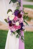 Elemento del arco con las flores para casarse decoraciones Foto de archivo libre de regalías