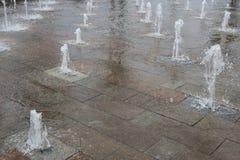 Elemento del paisaje urbano Fuente cl?sica delante de un edificio moderno en el primer del cuadrado de ciudad mosc? foto de archivo