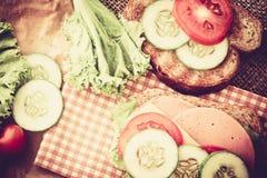 Elemento del pane arrostito dei panini con bacon, il prosciutto ed il formaggio fotografia stock