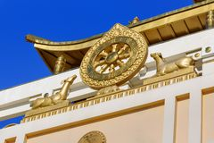 Elemento del templo en el domicilio de oro complejo budista de Buda Shakyamuni en primavera Elista Rusia foto de archivo libre de regalías