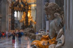 Elemento della decorazione in basilica di St Peter, Vaticano, Italia Basilica di San Pietro in Vaticano immagini stock