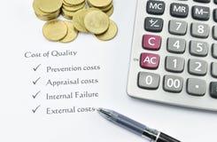 Elemento di costo di qualità su Libro Bianco con soldi, la penna ed il Ca Fotografia Stock Libera da Diritti