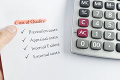Elemento di costo di qualità su Libro Bianco con soldi, la penna ed il Ca Immagini Stock Libere da Diritti