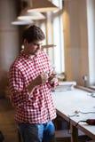 Elemento di legno della carta vetrata di lucidatura della mano del capomastro, carpente fotografia stock libera da diritti