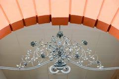 Elemento do arco decorado com ferro forjado floral fotografia de stock royalty free