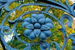 Elemento do metal da arquitetura no formulário da flor na cerca do metal da arte do jardim de Mikhailovsky em St Petersburg, Rúss Imagens de Stock Royalty Free