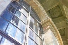 Elemento en la arquitectura de la catedral con las columnas, el tejado y Windows del vitral de la catedral de Kazán en santo Fotografía de archivo libre de regalías