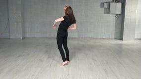 Elemento praticando da dança da jovem mulher no estúdio vídeos de arquivo