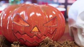 Elemento tallado asustadizo de Halloween de la Jack-o-linterna de la calabaza almacen de metraje de vídeo
