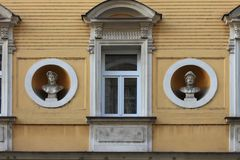 Elementos arquitetónicos da fachada da construção no centro histórico de Praga República Checa fotos de stock royalty free