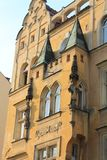 Elementos arquitetónicos da fachada da construção no centro histórico de Praga República Checa fotos de stock