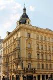 Elementos arquitetónicos da fachada da construção no centro histórico de Praga República Checa foto de stock royalty free