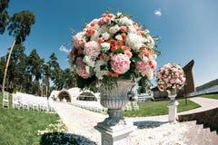 Elementos bonitos da decoração do projeto da cerimônia de casamento com flores frescas composição, design floral, rosas das pétal Imagens de Stock Royalty Free