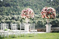 Elementos bonitos da decoração do projeto da cerimônia de casamento com flores frescas composição, design floral, rosas das pétal Fotos de Stock
