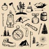 Elementos bosquejados que acampan Sistema del vector de los ejemplos al aire libre dibujados mano de las aventuras del vintage pa stock de ilustración