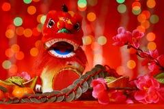 Elementos chinos del Año Nuevo en fondo rojo Fotografía de archivo
