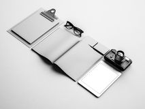 Elementos cinzentos clássicos na tabela branca 3d Foto de Stock Royalty Free