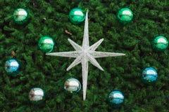 Elementos coloridos da bola do cromo em uma árvore de Natal Fotografia de Stock Royalty Free