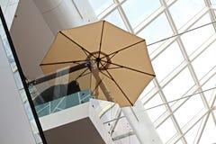 Elementos da arquitetura moderna de vidro, de aço e de concreto Vista das construções imagem de stock