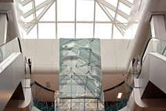 Elementos da arquitetura moderna de vidro, de aço e de concreto Vista das construções foto de stock