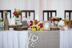 Elementos da decoração da tabela do casamento para um banquete bonito agradável imagem de stock