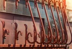 Elementos da porta do ferro no dia ensolarado fotos de stock