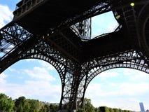 Elementos da torre Eiffel em Paris contra um céu claro azul imagens de stock royalty free