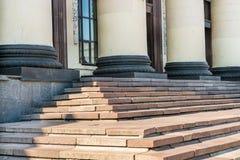 Elementos das colunas e das etapas, estação de caminhos-de-ferro, Kharkov, Ucrânia Foto de Stock