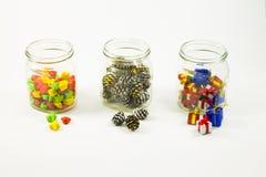 Elementos das decorações do ano novo e do Natal nos frascos de vidro Fotografia de Stock